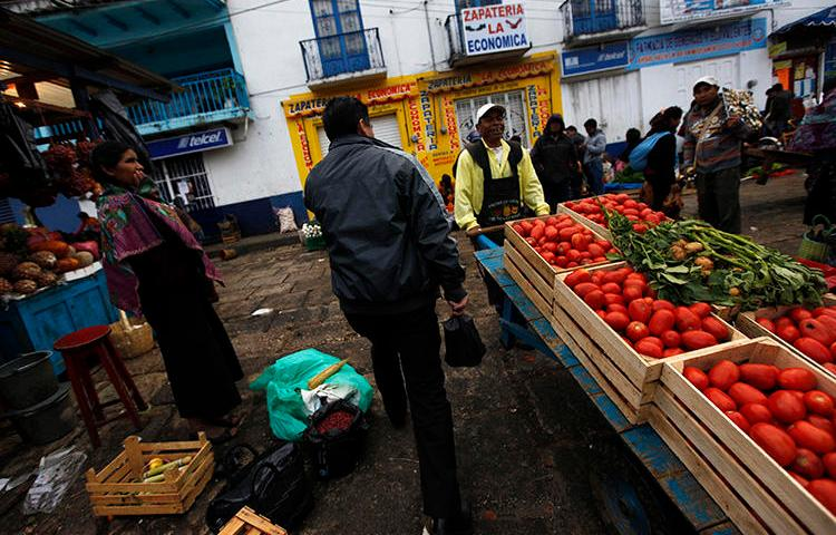 Vendors and customers walk at a market in San Cristobal de las Casas, in Chiapas, Mexico, on December 31, 2013. A Mexican journalist was gunned down in Chiapas on September 21, 2018. (Reuters/Claudia Daut)