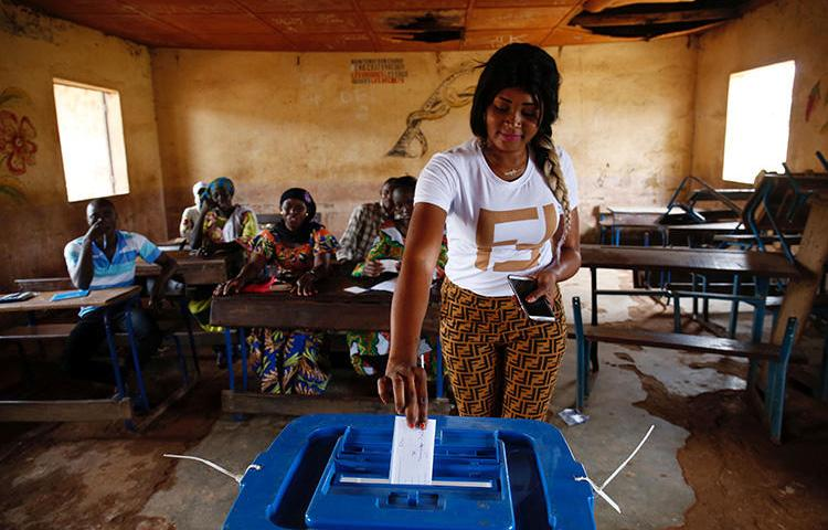 A woman casts her ballot at a polling station during a run-off presidential election in Bamako, Mali, on August 12, 2018. A Malian radio station was suspended for 11 days starting on August 1, 2018, for alleged incitement to revolt. (Reuters/Luc Gnago)