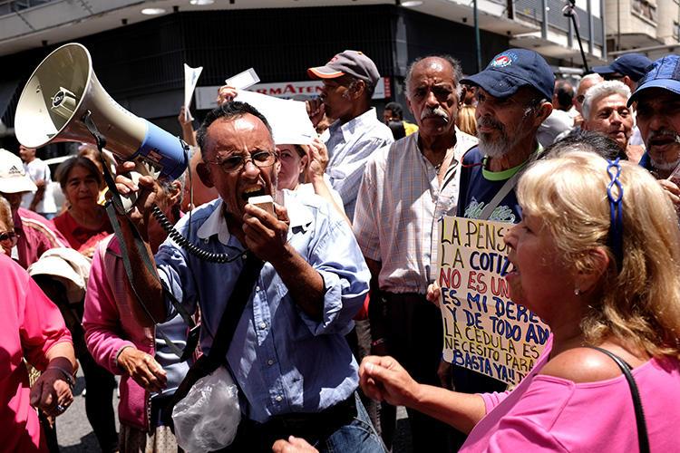 As pessoas participam de um protesto de aposentados em Caracas, Venezuela, em 29 de agosto de 2018. Um fotógrafo freelancer venezuelano foi detido e enviado a uma prisão militar no final de agosto.  (Reuters/Marco Bello)