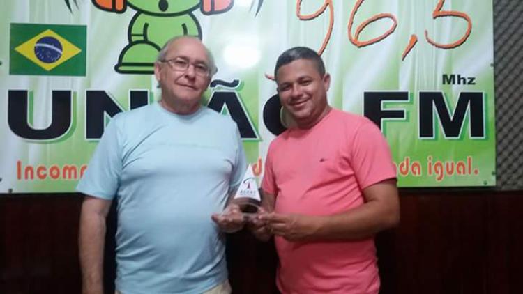 O proprietário e comentarista Sandoval Braga, na foto à esquerda com seu colega Inaldo Lima. Um atacante atirou em Braga na perna e ameaçou-o por sua reportagem em 21 de setembro. (Rádio União)