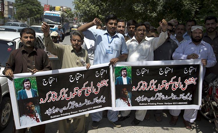Pakistan journalists protest the killing of K2 Times journalist Bakhsheesh Elahi in June 2017. A second journalist for the Urdu-language newspaper was shot dead on October 16, 2018. (AP/B.K. Bangash)