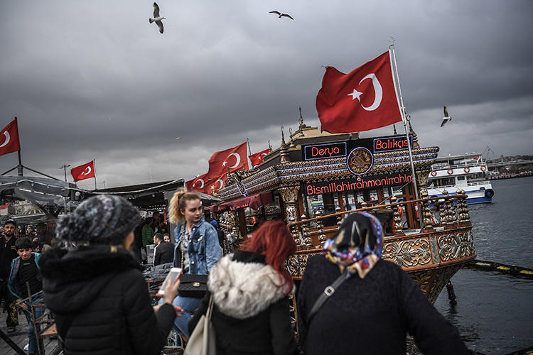 Shoppers are pictured at the Golden Horn in Istanbul's Eminonu district in November 2018. An appeals court in the city has upheld sentences for five journalists who took part in the Özgür Gündem solidarity campaign. (AFP/Ozan Kose)