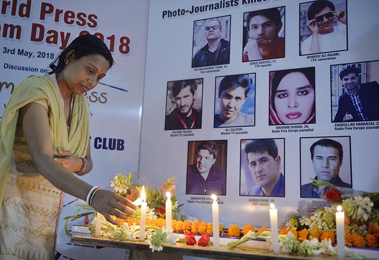 Uma vigília para 10 jornalistas afegãos que foram mortos em um atentado suicida em 30 de abril de 2018. (AFP/Diptendu Dutta)