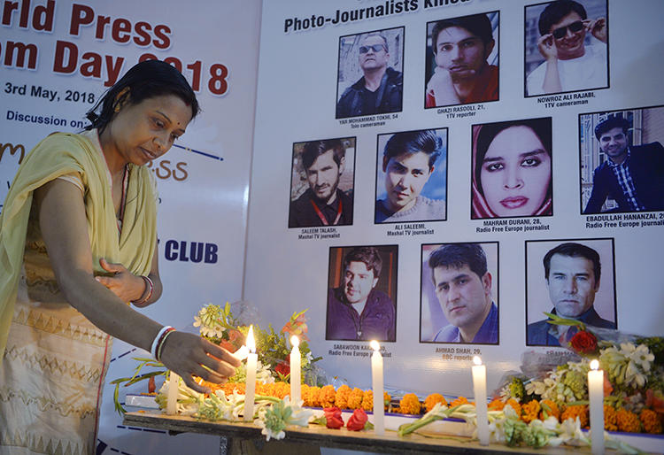 纪念2018年4月30日在一次自杀性爆炸中丧生的10名阿富汗记者的守夜活动。(法新社/Diptendu Dutta)