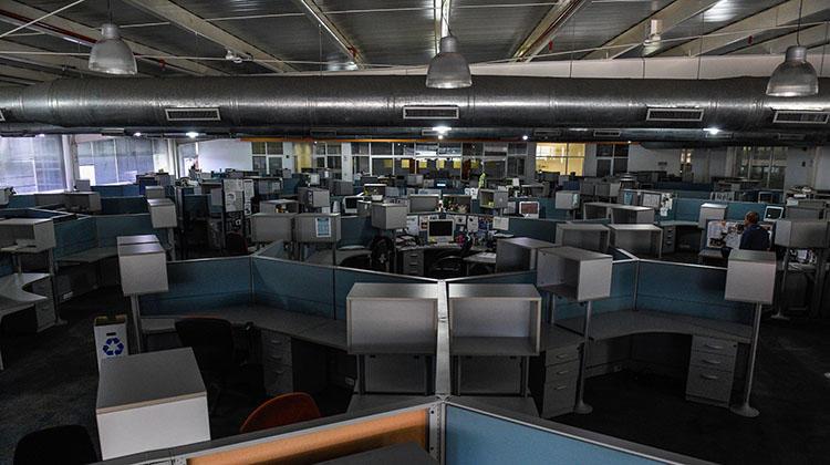 La sala de redacción del diario El Nacional de Caracas, casi vacia, fotografiada en octubre. Al igual que muchos medios venezolanos, varios de los periodistas de El Nacional se encuentran en el exilio para escapar de demandas y la profundización de la crisis económica. (AFP / Federico Parra)
