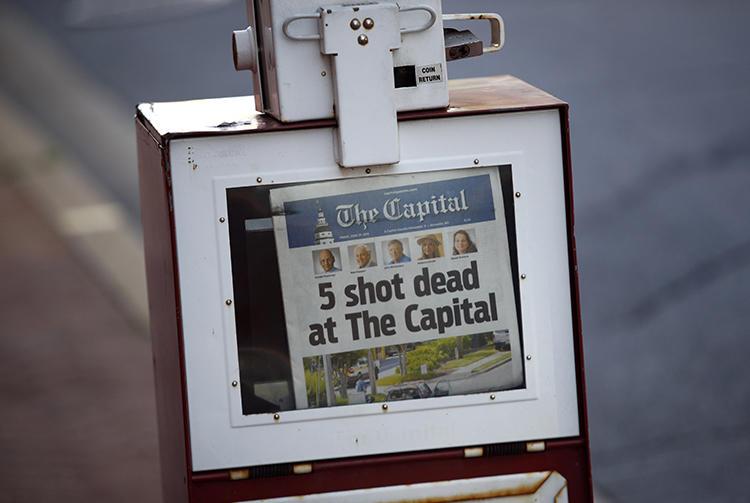 《首府公报》的一个报纸架显示该报在2018年6月29日的头版内容。前一天,一名男子在《首府公报》的新闻编辑室枪杀了五人。(美联社图片/Patrick Semansky)