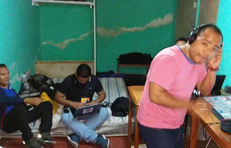 Equipe da Rádio Darío em seu estúdio temporário. Incendiários atearam fogo na sede da emissora em abril. (Shannon O'Reilly)