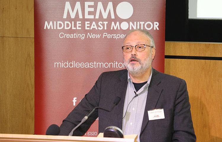 Suudi gazeteci Cemal Kaşıkçı, 29 Eylül 2018 günü, Londra'da, Middle East Monitor tarafından düzenlenen bir organizasyonda konuşuyor.  Kendisi Türkiye'de, Suudi Arabistan İstanbul Konsolosluğu'nda, 2 Ekim günü öldürüldü. (Middle East Monitor/Handout, Reuters aracılığıyla.)