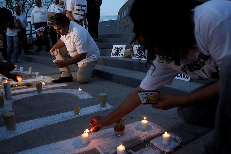 Periodistas prenden velas para conmemorar el primer aniversario luctuoso del asesinato de la periodista mexicana Miroslava Breach, en marzo. La delincuencia y la política son fuentes peligrosas para los periodistas de México. (Reuters/José Luis González)