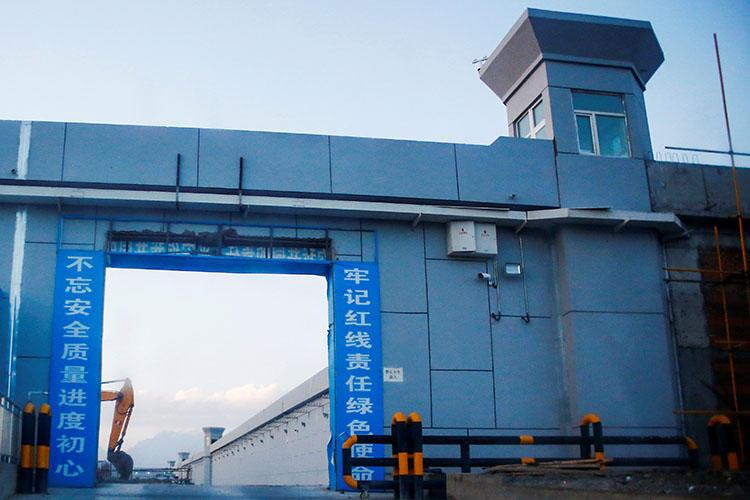 بوابة مركز 'المهارات الحرفية' في منطقة شينجيانغ في الصين. وتسجن السلطات الصينية 10 صحفيين على الأقل في المنطقة، حيث اتهمت الأمم  المتحدة السلطات الصينية باحتجاز ما يصل إلى مليون شخص دون محاكمة. (رويترز/ توماس بيتر)