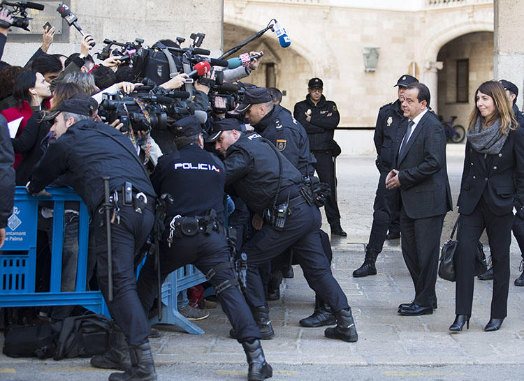 Police stand between journalists and the Spanish public prosecutor outside the courthouse of Palma de Mallorca on the island of Mallorca in February, 2017. Police in December 2018 confiscated equipment and documents from two news outlets in connection to a leak investigation. (Jaime Reina/AFP)