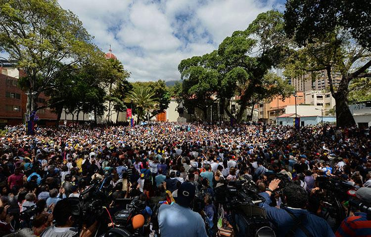 A crowd of opposition supporters gather to listen to Venezuela's National Assembly head, Juan Guaido, in Chacao, eastern Caracas, on January 25, 2019. (AFP/Federico Parra)