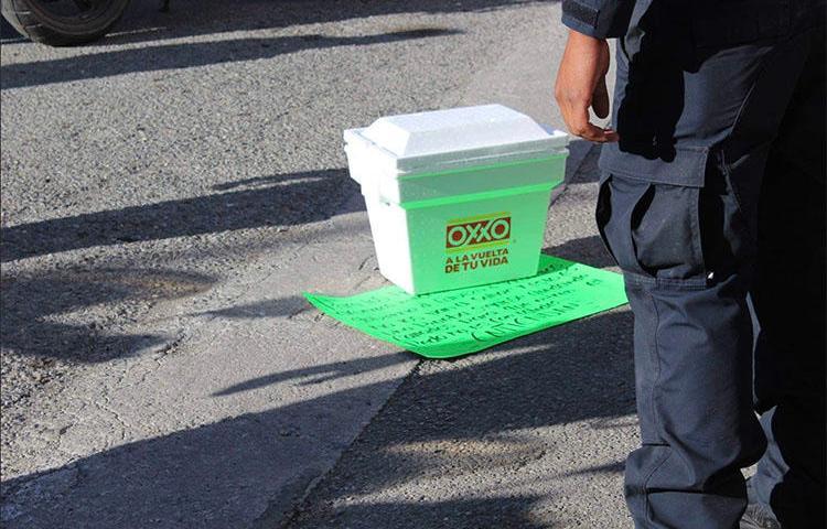 Uma caixa térmica contendo uma cabeça e uma nota ameaçadora são deixadas do lado de fora das dependências do jornal mexicano Expreso em 20 de dezembro. (Periodistas Desplazados México)