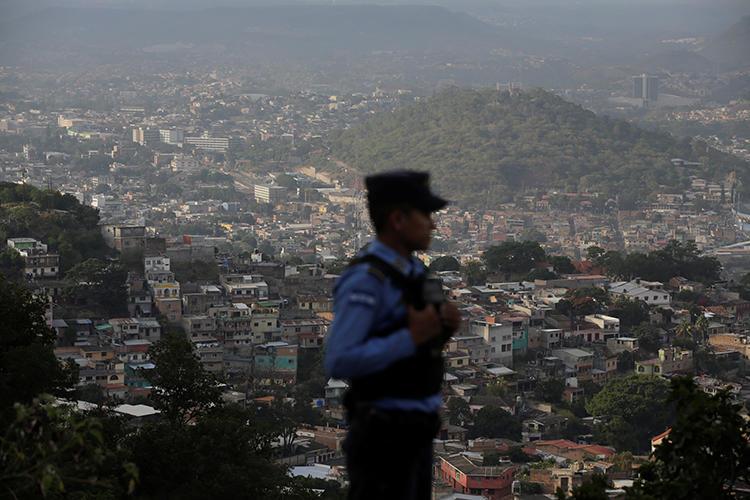 Policial faz patrulhamento em Tegucigalpa, Honduras. Em 11 de janeiro de 2019, a Suprema Corte hondurenha condenou o jornalista David Romero Ellner a 10 anos de prisão por acusações criminais de difamação. (Reuters/Jorge Cabrera)