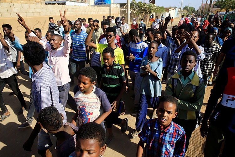 Sudanese demonstrators participate in anti-government protests in Khartoum, Sudan, on January 24, 2019. The Sudanese authorities have arrested at least six critical journalists in recent days. (Reuters/Mohamed Nureldin Abdallah)