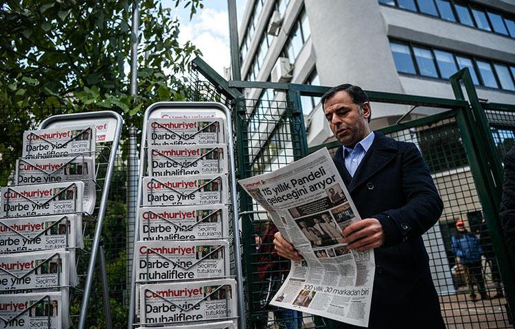 Barış Yarkadaş, the CHP party parliamentary deputy and a former chief editor of the online newspaper Gerçek Gündem, pictured outside the Cumhuriyet office in Istanbul in October 2016. Yarkadaş is convicted of violating privacy. (AFP/Ozan Kose)