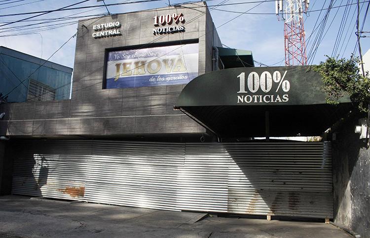 El edificio de 100% Noticias en Managua el 22 de diciembre de 2018, un día después de ser allanado y cerrado por la policía de Nicaragua. Dos periodistas del medio permanecen detenidos. (Maynor Valenzuela/AFP)
