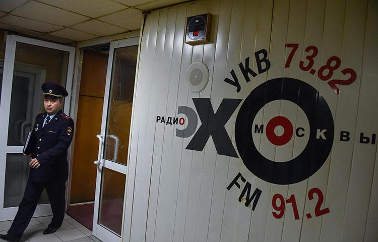 A police officer walks inside the office of Echo of Moscow radio station in Moscow on October 23, 2017. A journalist at the station's Pskov office is now under investigation for comments she made on-air in November, 2018. (Vasily Maximov/AFP)