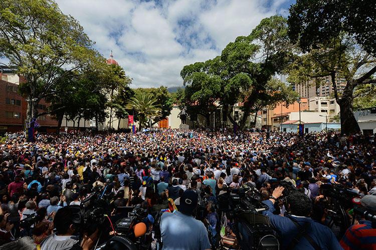 Una multitud de seguidores de la oposición se congrega para escuchar al Presidente de la Asamblea Nacional, Juan Guaidó en Chacao, al noreste de Caracas, el 25 de enero de 2019. (AFP/Federico Parra)