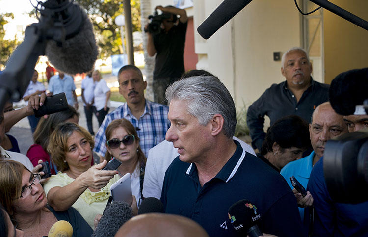 El Presidente Miguel Díaz-Canel habla con la prensa en Habana el 24 de febrero luego de votar en el referendum para una nueva constitución en la Habana. Varios portales de noticias críticos fueron bloqueados en Cuba el día de la votación. (AP/Ramon Espinosa)