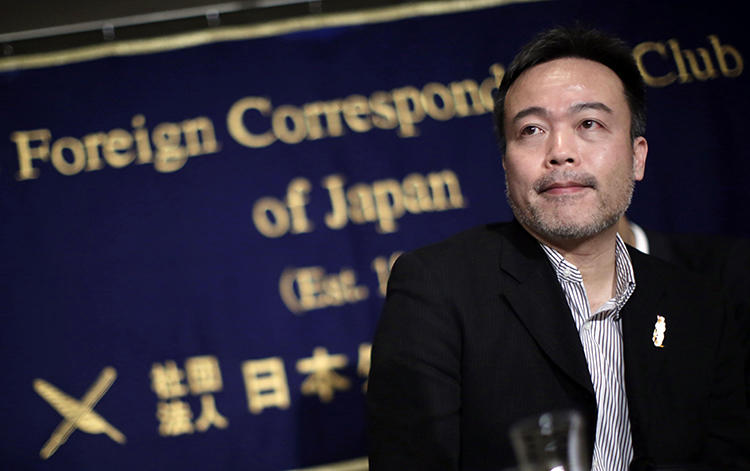 Kosuke Tsuneoka speaks at the Foreign Correspondents' Club of Japan in Tokyo on January 22, 2015. He was recently blocked from leaving Japan to report in Yemen. (Eugene Hoshiko/AP)