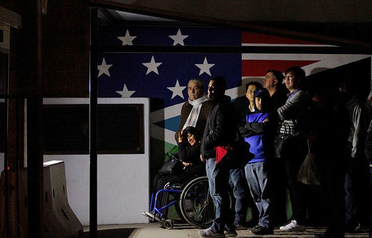 Peatones en espera para cruzar hacia los Estados Unidos en la puerta de entrada de Otay Mesa en San Diego, estado de California. Varios periodistas cuentan que agentes de la CBP los interrogaron sobre su haber reportado sobre una caravana de migrantes mientras cruzaban hacia México. (Reuters/Jorge Dueñes)