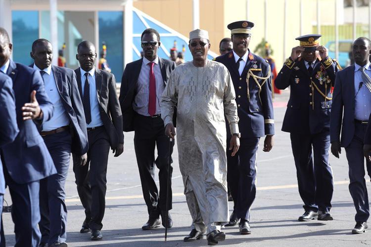 Le président du Tchad, Idriss Deby, arrive à l'aéroport international de N'Djamena le 22 décembre 2018. Le CPJ se joint aux appels pour mettre fin à un bloc de médias sociaux de près d'un an au Tchad. (AFP/Ludovic Marin)