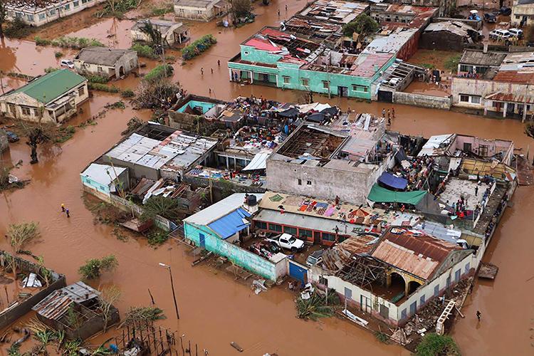 Moradores ficam em telhados em uma área inundada de Buzi, no centro de Moçambique, em 20 de março de 2019, após a passagem do ciclone Idai. (AFP/Adrien Barbier)