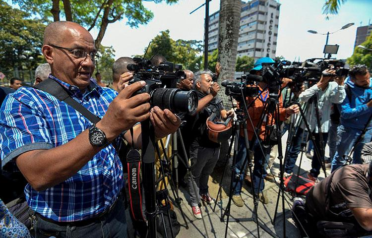 Journalists cover the release of five colleagues briefly detained in Caracas in January. The number of arbitrary arrests of local and foreign journalists covering Venezuela's political and economic crisis is increasing. (AFP/Juan Barreto)