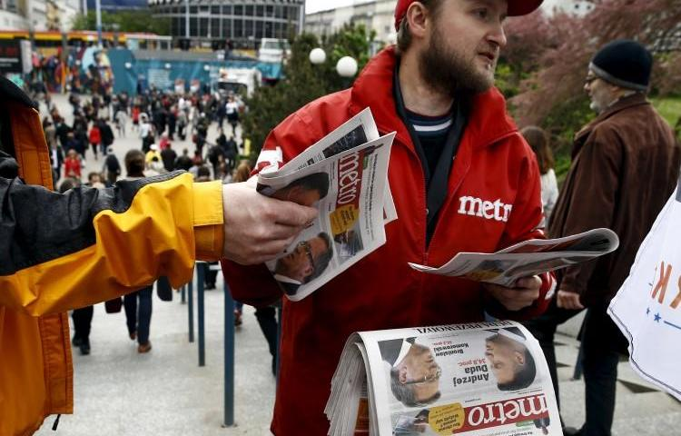 A man distributes newspapers in Warsaw, Poland, on May 11, 2015. Jaroslaw Kaczyński, leader of Poland's PiS party, recently filed a criminal libel complaint against two Gazeta Wyborcz journalists. (Kacper Pempel/Reuters)