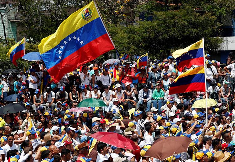 Seguidores del líder opositor Juan Guaidó participan en una protesta contra el gobierno de Nicolás Maduro en Caracas, Venezuela, el 4 de Marzo de 2019. Agentes venezolanos de contrainteligencia detuvieron a un periodista independiente americano y a su asistente americano el 6 de Marxo. (Reuters/Carlos Garcia Rawlins)
