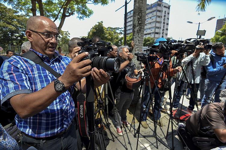 Periodistas cubren la liberación de cinco colegas detenidos brevemente en Caracas en enero. El número de detenciones arbitrarias de periodistas locales y extranjeros que cubren la crisis política y económica de Venezuela se está incrementando. (AFP/Juan Barreto)