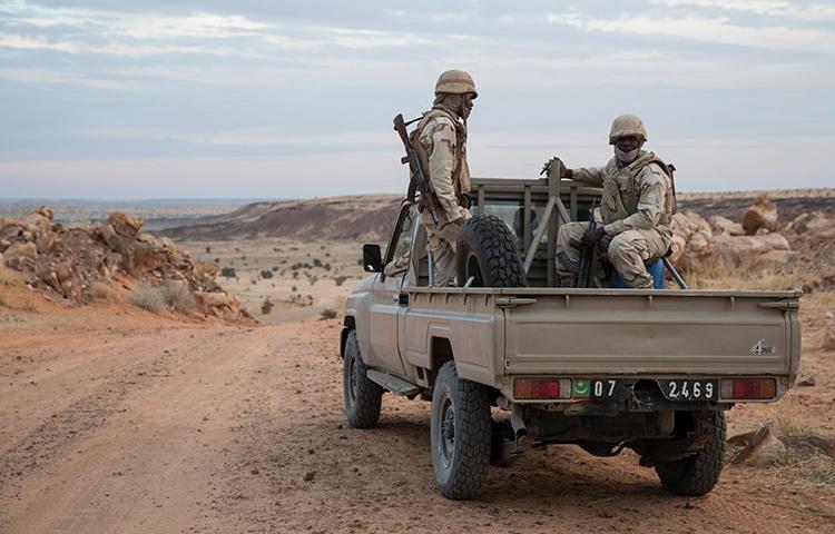 Des soldats de l'Armée mauritanienne sont photographiés dans un véhicule tout terrain le 19 novembre 2018. Deux blogueurs ont été détenus dans le pays sur des accusations de fausses informations. (Thomas Samson/AFP)