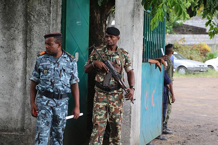 Le 2 avril, 2019 les soldats montent la garde  à Moroni, capitale des Comores. Des journalistes ont été arrêtés et des journaux ont été perturbés dû la récente élection présidentielle dans le pays. (AFP / Youssouf Ibrahim).