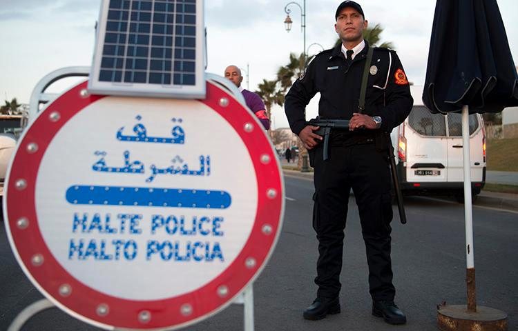 A Moroccan policeman guards a checkpoint on January 11, 2017. Four local journalists were recently handed suspended sentences in Morocco, and a foreign journalist was expelled. (AFP/Fadel Senna)