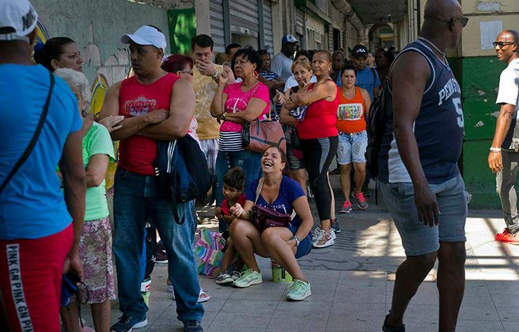 Personas esperan en fila en una tienda de comida administrada por el gobierno en La Habana, Cuba, el 17 de abril de 2019. La policía cubana detuvo y golpeó al periodista Roberto Jesús Quiñones en Guantánamo, el 22 de abril. (AP Photo/Ramon Espinosa)