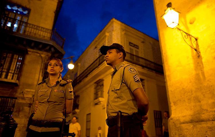 Imagen de agentes policiales en Habana, Cuba, el 18 de marzo de 2016. El periodista Augusto César San Martín fue recientemente detenido, multado y su equipos le fueron confiscados en la Habana. (AP/Rebecca Blackwell)
