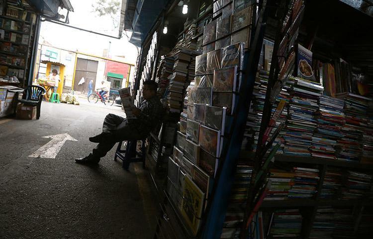 Un hombre lee un periódico en un mercado de Lima, en Septiembre 2018. Una corte del Perú ordenó el embargo de bienes de Ojo Público y de dos periodistas. (Reuters/Mariana Bazo)