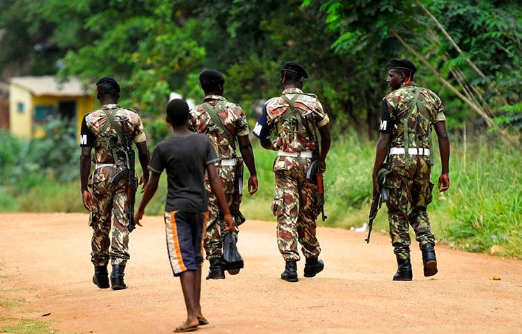 Military police patrol the streets of Gorongosa, in central Mozambique, on November 19, 2013. A radio journalist in Mozambique has been held in pretrial detention since January, 2019. (Reuters/Grant Lee Neuenburg)