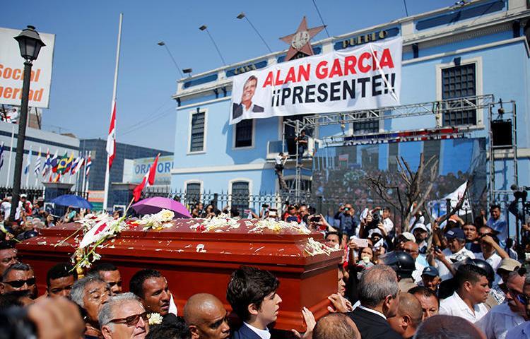 Em 19 de abril de 2019, amigos e familiares carregam o caixão do ex-presidente do Peru, Alan Garcia, que se suicidou no dia 17 de abril, em Lima, Peru. Alguns funcionários do governo culparam jornalistas investigativos peruanos por seu suicídio e participam de uma campanha de assédio. (Reuters/Janine Costa)