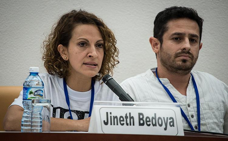 La periodista colombiana Jineth Bedoya habla durante una rueda de prensa el 2 de noviembre de 2014 en La Habana, Cuba. Un juzgado en Colombia el 6 de mayo de 2019 sentenció a dos ex combatientes paramilitares por un ataque a Bedoya en 2000. (AFP / Adalberto Roque)