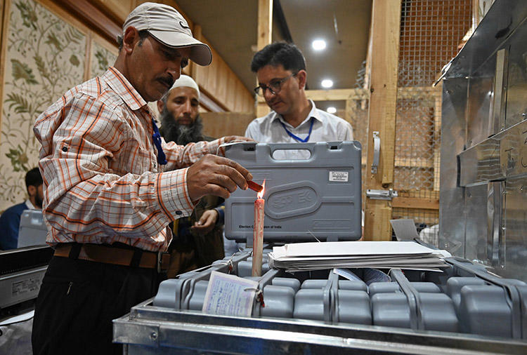 Election officials open a seal on a voting machine at a counting centre in Srinagar in May 2019. CPJ met with journalists across India to discuss the safety challenges of covering India's elections. (AFP/Tauseef Mustafa)