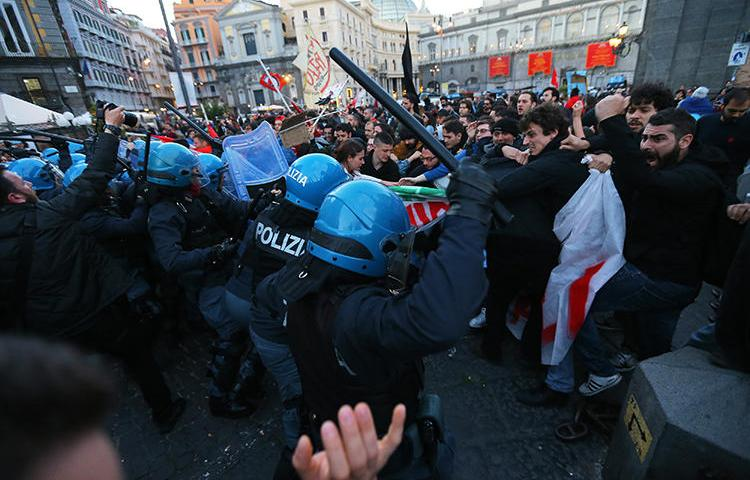 Protesters clash with riot police in Naples on May 16, 2019. Riot police recently assaulted La Repubblica reporter Stefano Origone while he was working in Genoa. (AFP/Carlo Hermann)