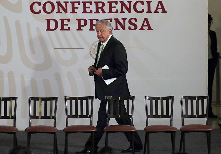 El presidente Andrés Manuel López Obrador llega para su conferencia de prensa matutina diaria en el Palacio Nacional en la Ciudad de México, el día 12 de abril. Periodistas en México dicen que sufren de acoso después de haber sido criticados por el presidente. (AP/Marco Ugarte)