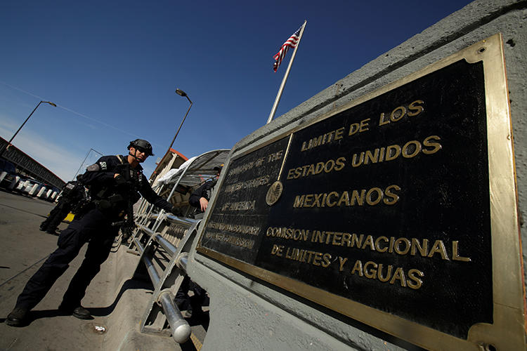 A U.S. Customs and Border Protection official is seen at the Santa Fe border crossing from Ciudad Juarez, Mexico, on February 24, 2019. CPJ recently joined a letter to the Department of Homeland Security regarding the targeting of journalists at the U.S. border. (Reuters/Jose Luis Gonzalez)