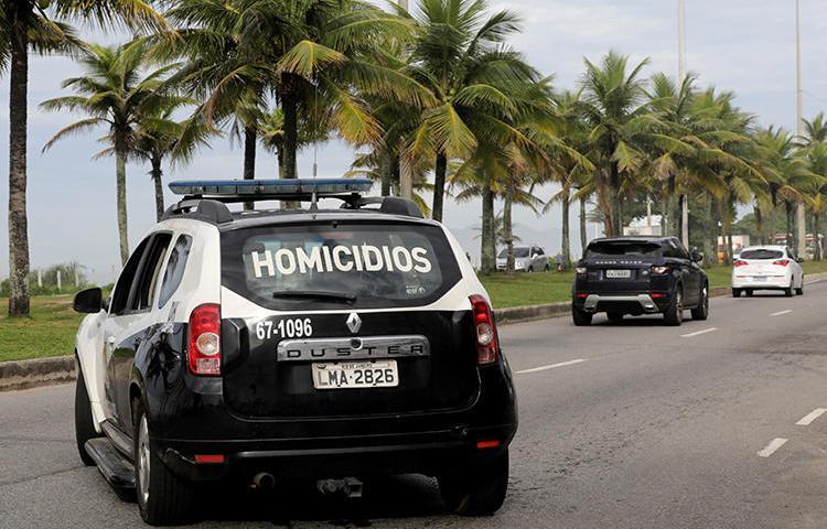 Um carro de polícia é visto no Rio de Janeiro, Brasil, em 12 de março de 2019. O jornalista Robson Giorno foi morto recentemente no estado do Rio de Janeiro. (Reuters / Sergio Moraes)