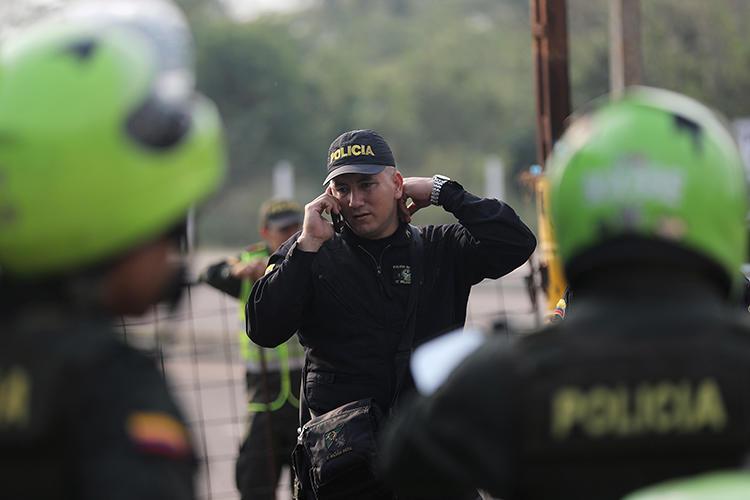 Imágen de un agente policial en Cúcuta, Colombia, el 7 de febrero de 2019. El documentalista Mauricio Lezama fue recientemente asesinado de bala en el pueblo de La Esmeralda. (Reuters/Luisa Gonzalez)