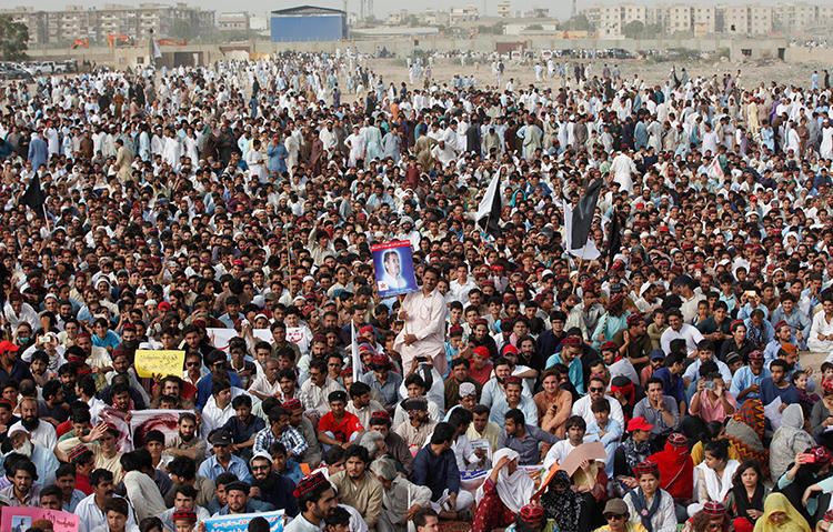 A Pashtun Tahafuz Movement (PTM) rally in Karachi, Pakistan, on May 13, 2018. A Pakistani reporter was detained in Khyber Pakhtunkhwa on May 28, 2019, after covering PTM demonstrations. (Reuters/Akhtar Soomro)