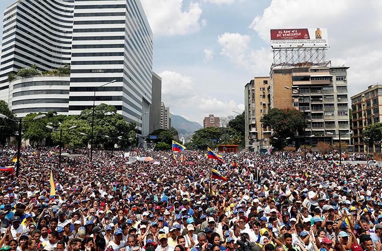 Seguidores del líder opositor venezolano, Juan Guaidó, participan en una marcha en Caracas el 1ero de Mayo de 2019. (Reuters/Carlos Garcia Rawlins)
