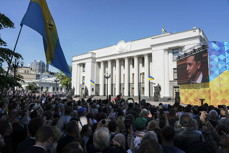 People gather in front of the Ukrainian parliament during the inauguration on May 20, 2019, of President Volodymyr Zelenskiy, who campaigned on an anti-corruption platform. Cherkasy-based journalist Vadym Komarov, known for reporting on local corruption, died June 20 as the result of an assault six weeks earlier. (AP/Evgeniy Maloletka)